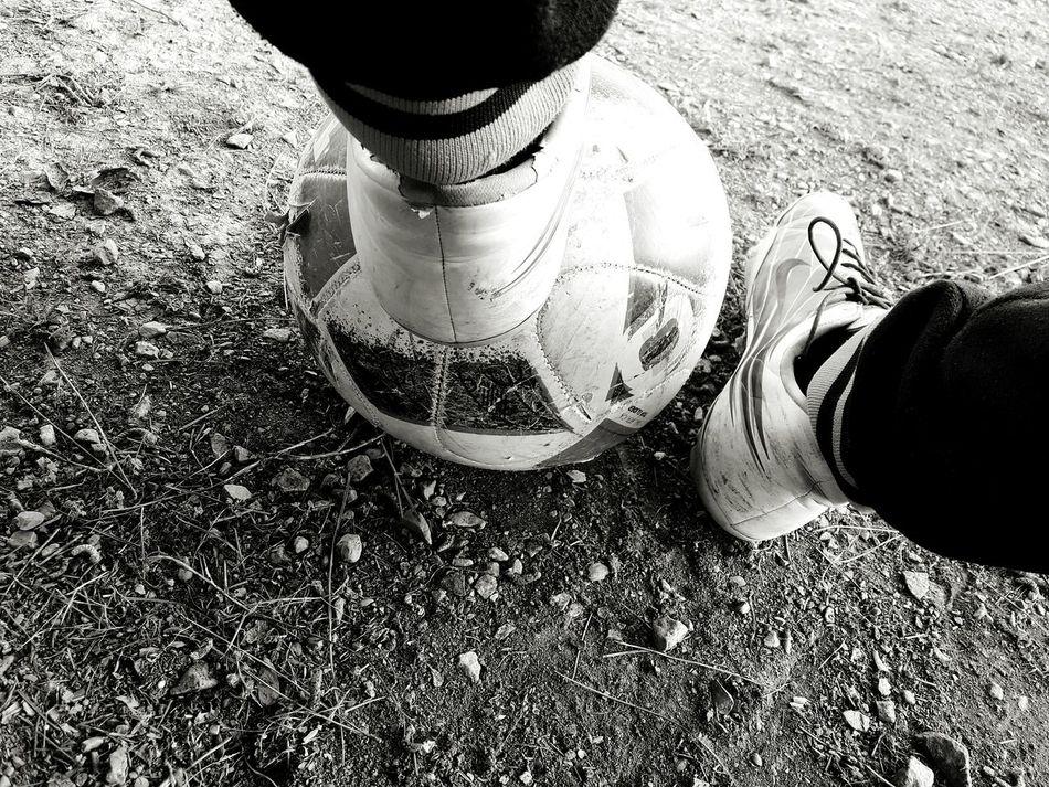 Ίσως τα καινούρια αθλητικά παπούτσια να κλεβουν την εντύπωση, μα τα παλιά είναι αυτά που σου χάρισαν τόσες ανεπανάληπτες στιγμές! Football First Eyeem Photo Football Practice Old Shoes Art Is Everywhere