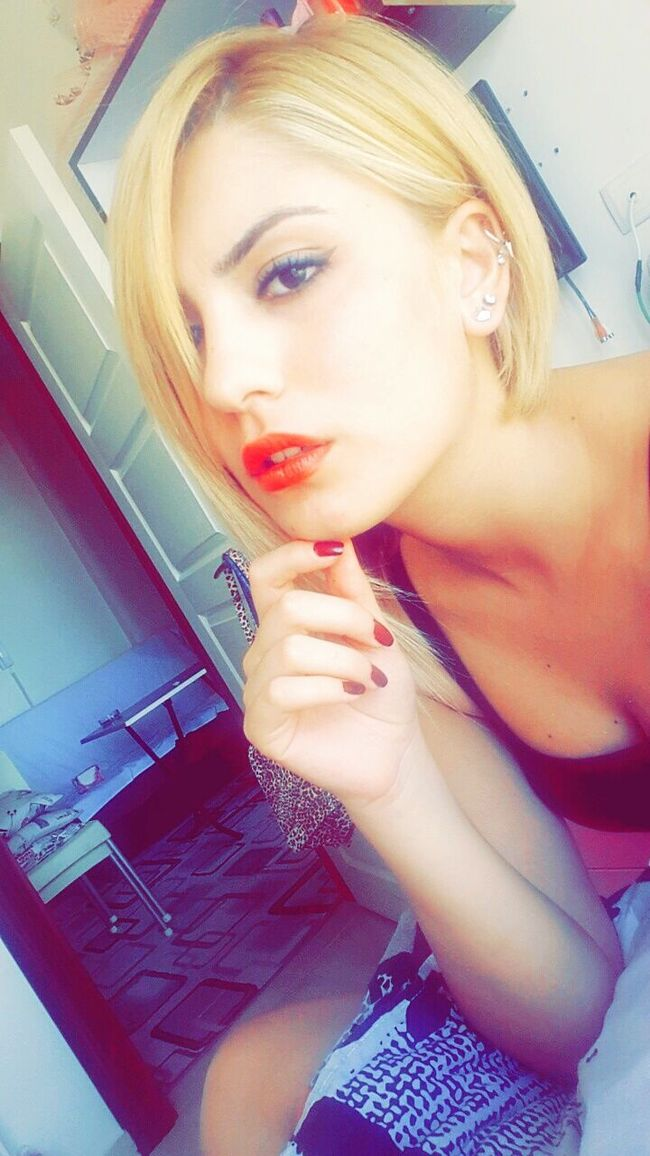 Shocked Unbelievable Redlips💋 Blonde Girl Cutehairstyle