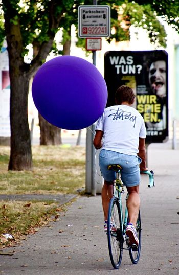 Impressions Of A City Cyclist Street Photography Streetphotography Fine Art Photography Eye4photography  EyeEm Masterclass First Eyeem Photo EyeEm Best Shots Eyeemphotography City Street From My Point Of View Eyemphotography Situation Comedy Balloons