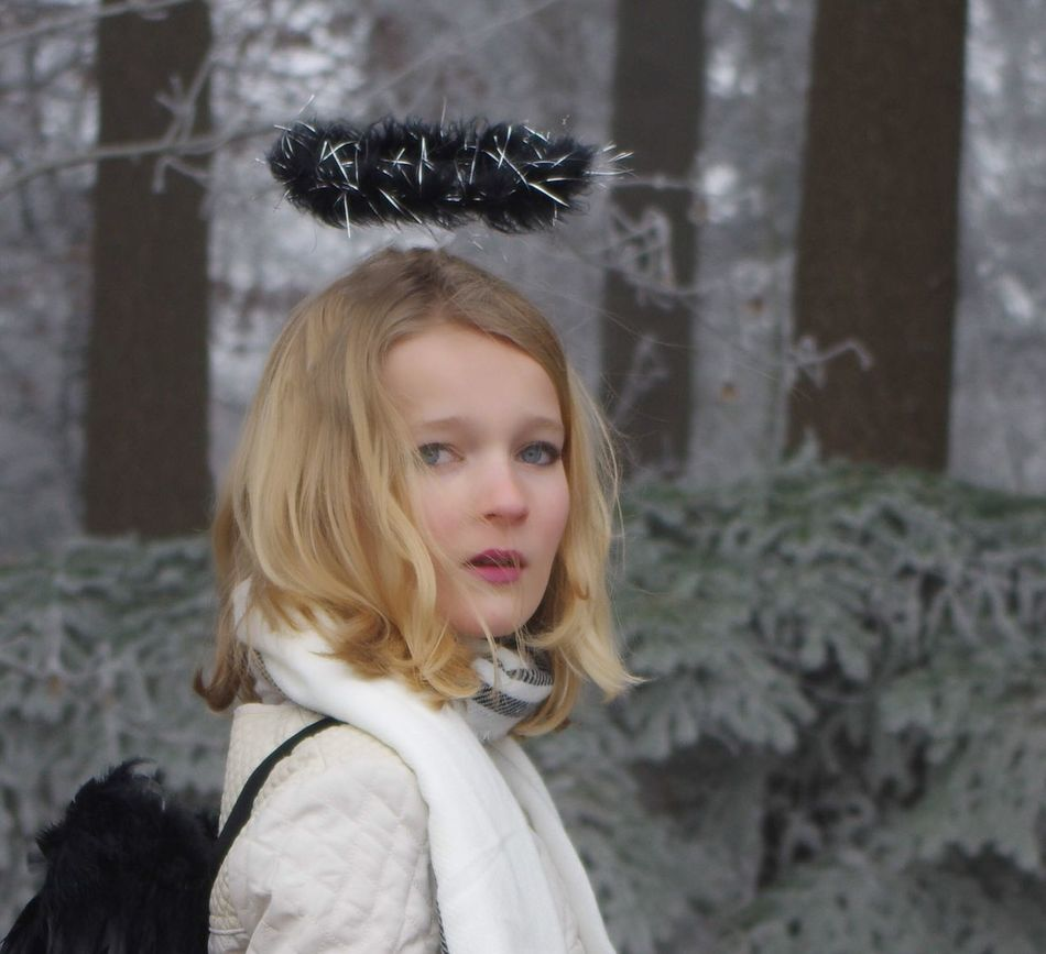 Série 2/6 Shooting Portrait Angel Woman Blond Hair Girls Looking At Camera Outdoors Tree Frozen Nature Freshness