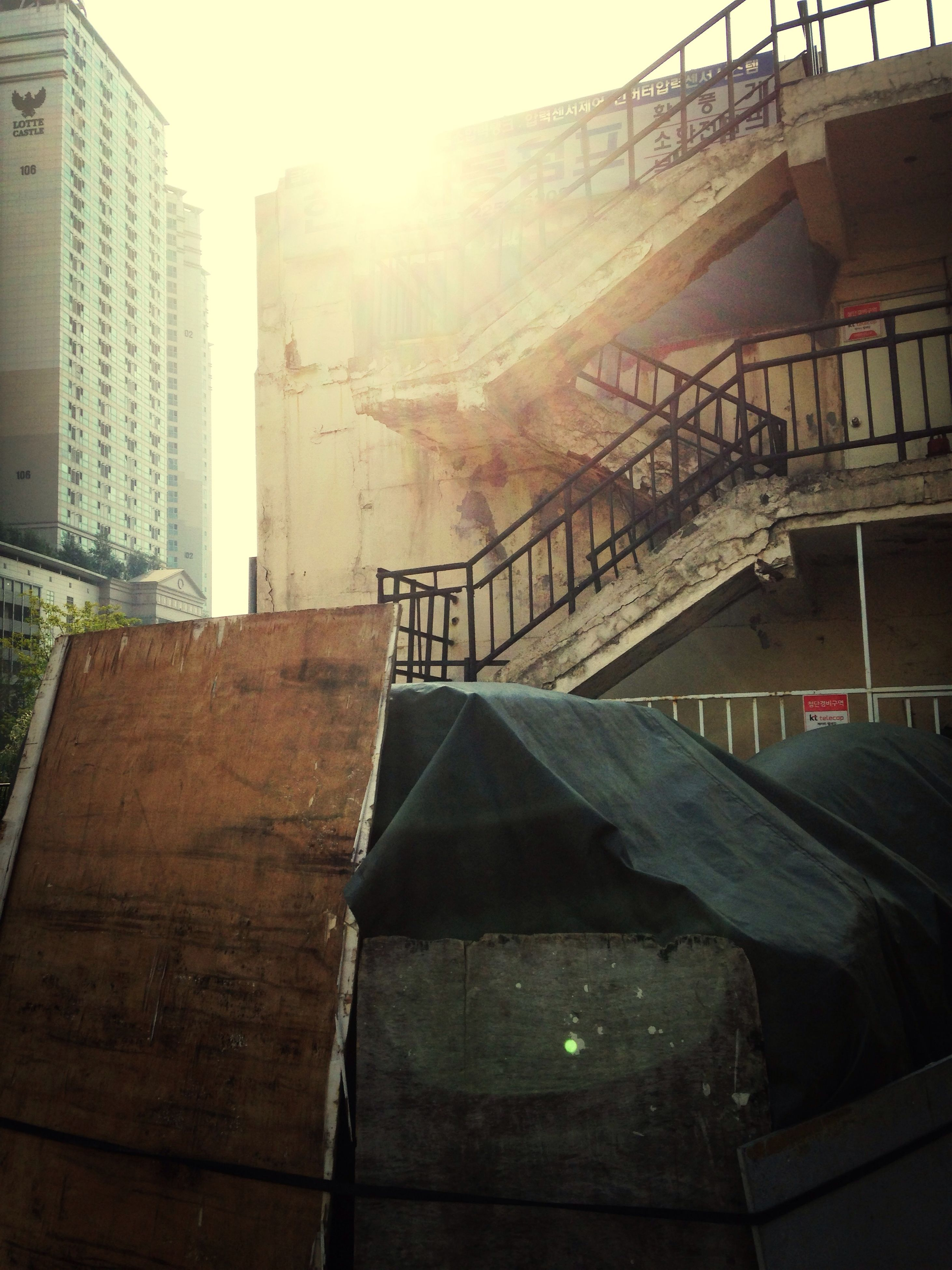 architecture, built structure, building exterior, sunlight, sunbeam, sun, low angle view, building, railing, lens flare, sunny, sky, city, day, staircase, no people, steps, house, outdoors, shadow
