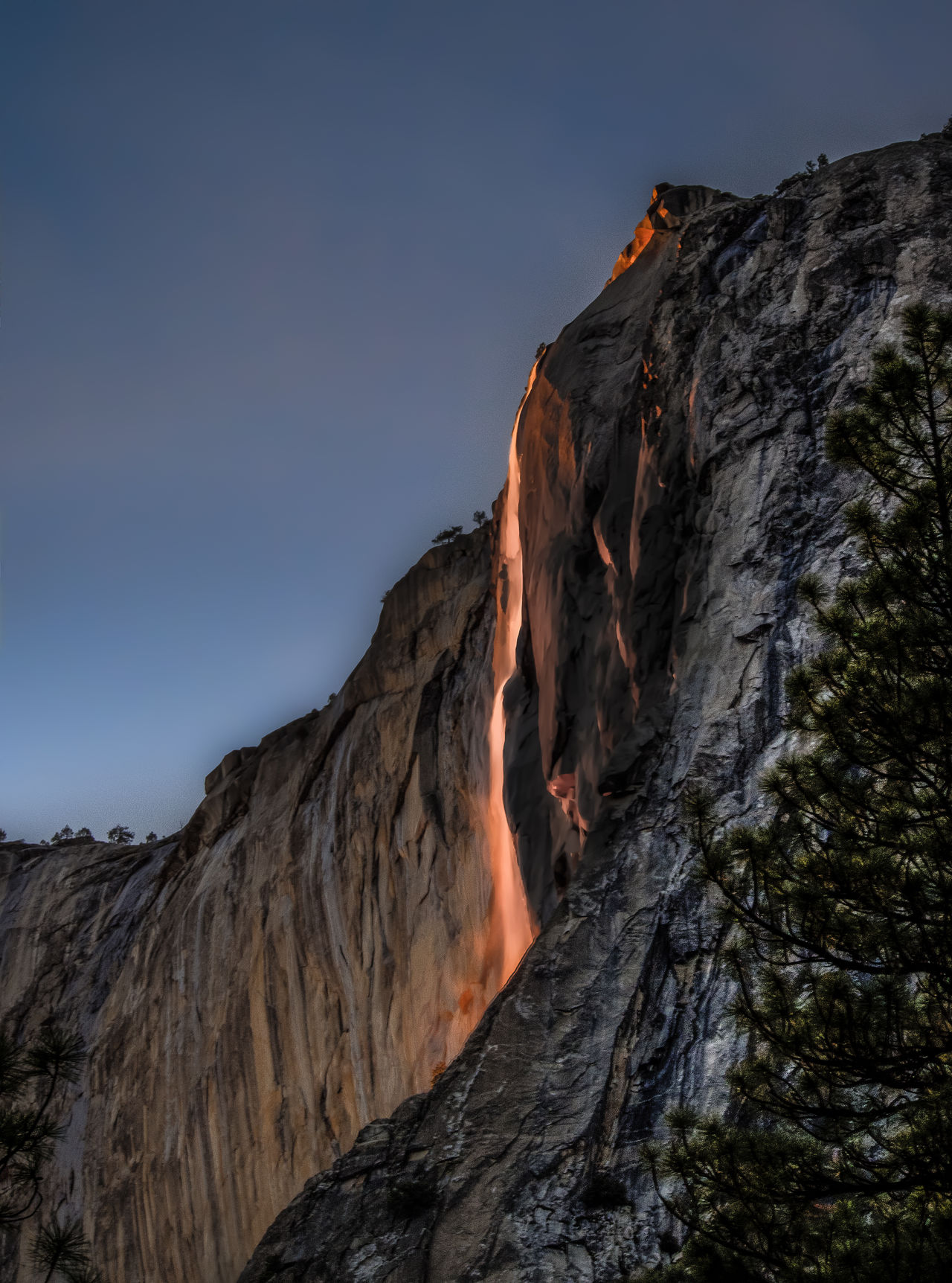 Yosemite National Park Yosemite Waterfall Fire Fall Glowing Water Glowing Waterfall Horsetail Falls Natural Phenomena Natural Phenomenon Red Water Waterfall Mountain Mountains Glow Glowing Glowing Water Eerie Glow Red Glow RED LINE