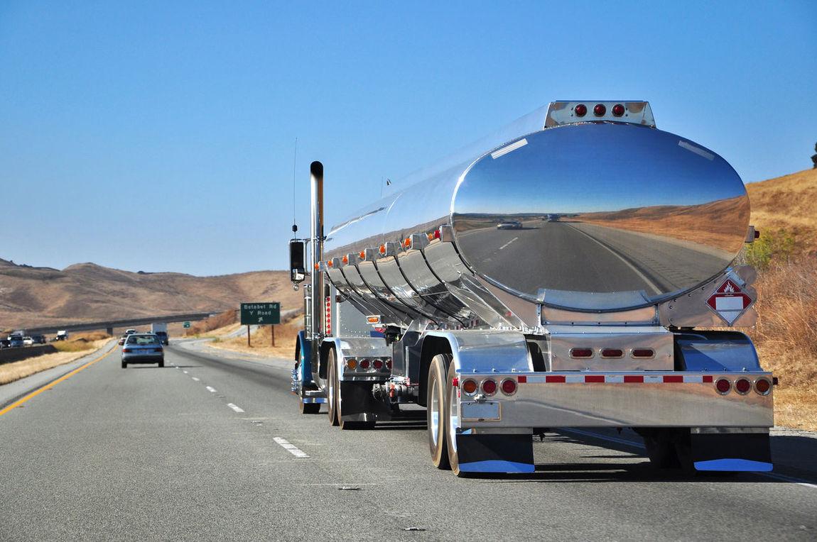 verchromter Truck auf dem Highway 1 Richtung Kalifornien Amerika Fahren Fahrzeug Highway Highway 1 Kalifornien Lastkraftwagen Lastzug Lkw Nordamerika Road Road Train Street Tanklaster Tankwagen Transport Transporter Transportieren Truck USA Vereinigte Staaten