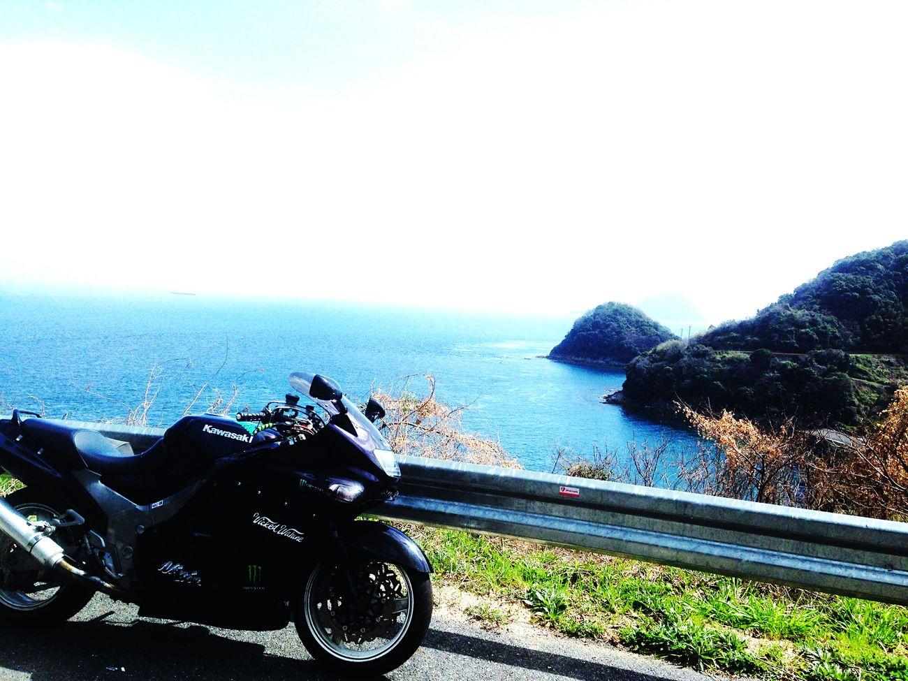 Enjoying The Sun 海が見たくて走り出した Sea And Sky 日本海へ抜けるか……瀬戸内へ出るか…… とりあえず行き先は決めずに国道を流す。 Getting In Touch On The Road 肌寒さを感じたりするから、暖かい方へ行こうか… Spring Has Arrived そうだ、お世話になった先輩の好きだった場所 Cherry Blossoms 周防大島の千本桜… Moto Life Mountain Road Quality Time 去年の夏に事故って、この春に周防大島へ来ることができた……そう言えば、ボクは毎年ココに来る。 Starting A Trip