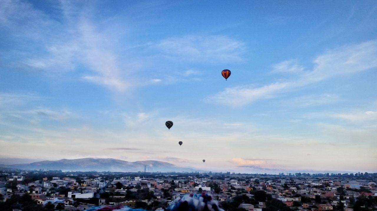 Five hot air balloons fly in December, here you can see the trajectory that carried the wind for our tour! 👌😃 Flying Hot Air Balloon Sky Mid-air Outdoors Adventure People Day People Watching Girls Girl Cdmx2016 Silouette & Sky That's Me Today's Hot Look Colors Of Autumn First Eyeem Photo EyeEm Best Shots Eyem Best Shots EyeEm Gallery Eyeemphoto Faces Of EyeEm Relaxation Tourism Illuminated