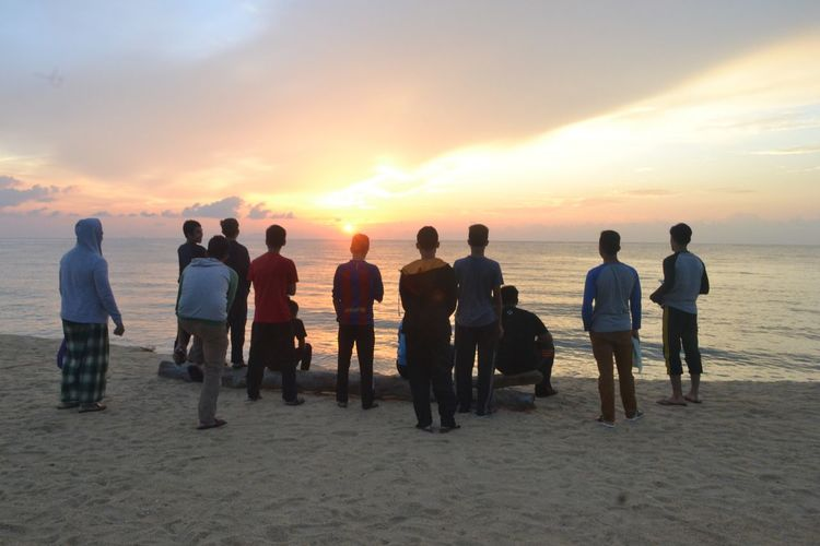 People And Places Lifestyles Men Togetherness Person Sun Large Group Of People Sky Cloud Leisure Activity Water Standing Horizon Over Water Rear View Idyllic Sea Scenics Calm Orange Color Full Length Sunrise Beauty In Nature EyeEm