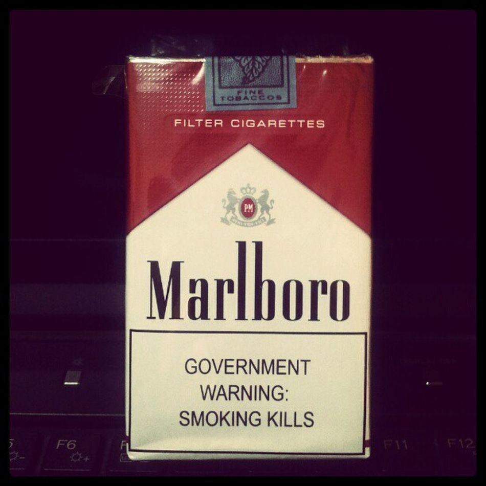 Tak boleh tidoq plak...layan rokok import dulu