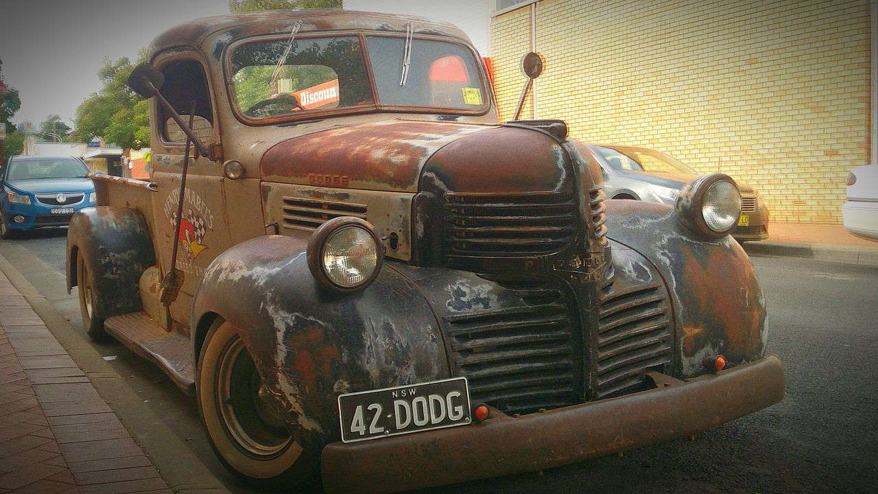 headlight, transportation, mode of transport, land vehicle, stationary, no people, abandoned, damaged, day, front view, car, outdoors, old-fashioned
