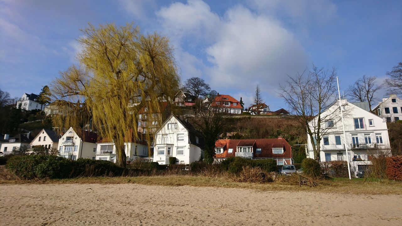 Elbstrand in Blankenese. · Hamburg Germany Hh 040 Blankenese Hanseatic Nordic Architecture Waterfront Beach Cityscape Urban Nature Tree Outdoors Blue Sky Beautiful Day