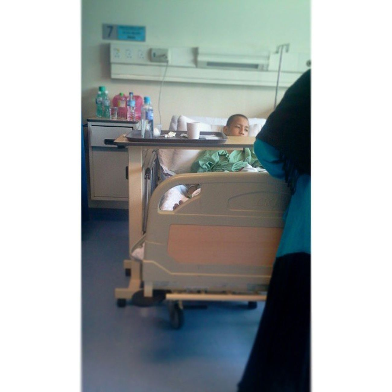 Tadi melawat kawan kat hospital SG. Buloh . Dia kene langgar ngan motor wktu melintas depan skolah . Sedih tngok dia menahan kesakitan . Cepat sembuh yee Azim . Lain kali kalau ada masa aku melawat kau lagi . Insya allah .