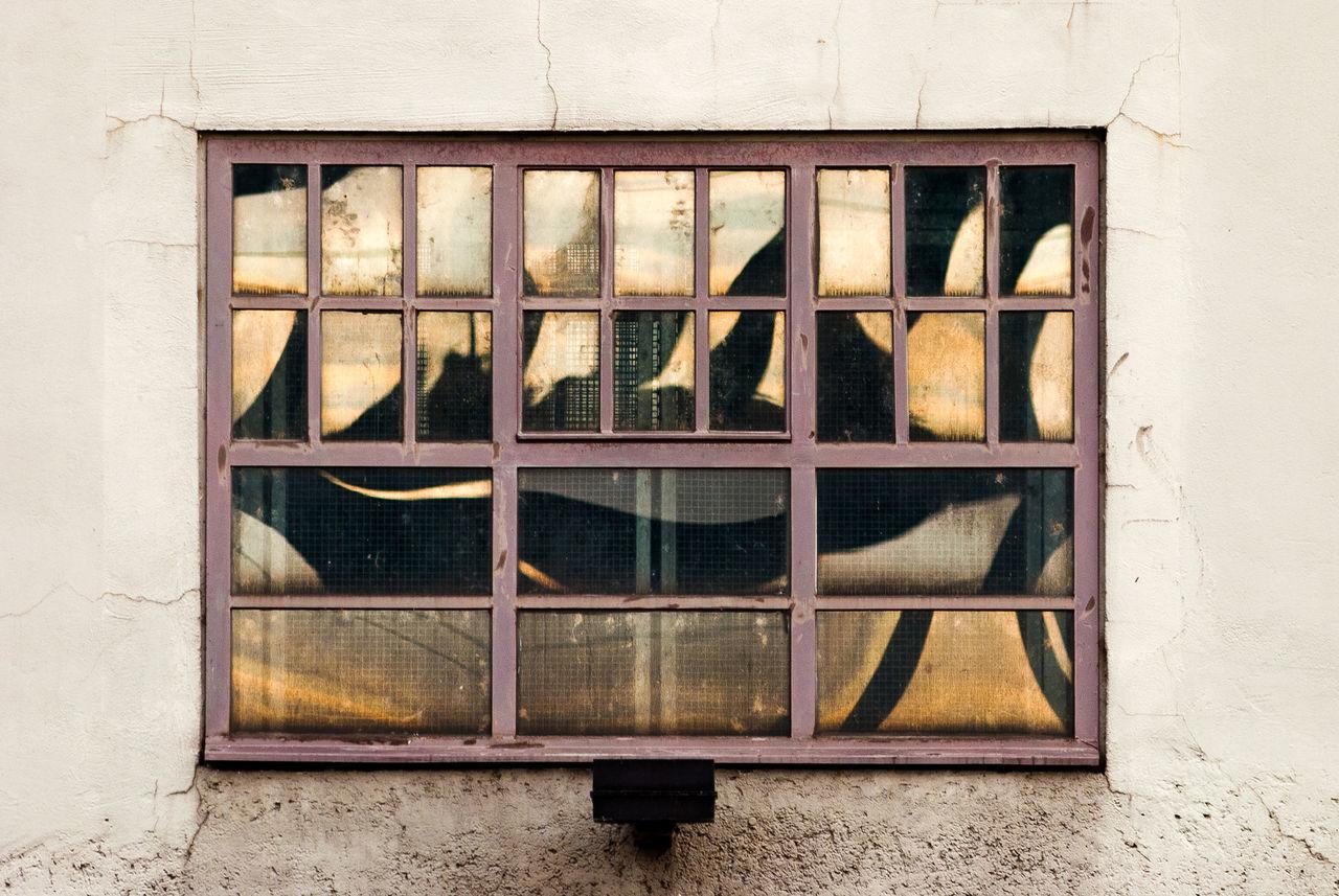 Blick auf ein Fenster, in dessen Scheiben die Abendsonne reflektiert. Abendsonne Altes Fenster Architecture Architektur DESTROID Evening Sun Fenster Glass Industrial Mirror No People Pattern Reflection Spieglein Spieglein An Der Wand.. Spigelung Urban Urban Geometry Pattern Pieces