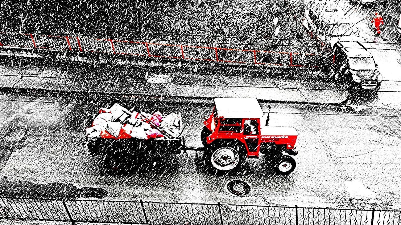 Tractor Red Tractor Colors Color Snowing Snowing ❄ Cold Winter ❄⛄ ıt's Cold Outside Winter Wintertime Photography Photo Red Red Color