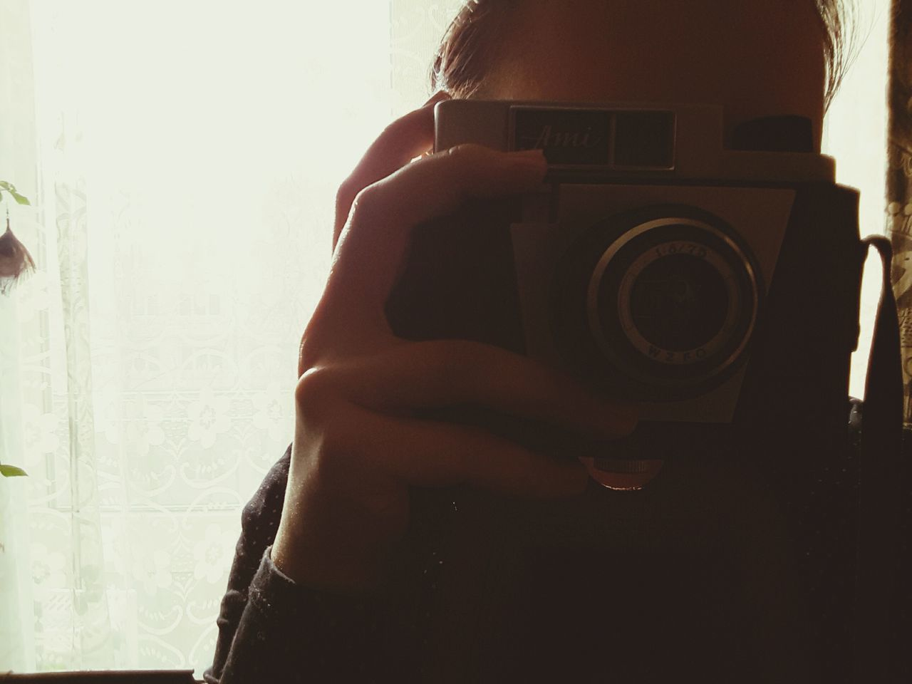 photography themes, photographing, camera - photographic equipment, photographer, holding, digital camera, technology, camera, one person, slr camera, leisure activity, real people, lifestyles, indoors, digital single-lens reflex camera, human hand, close-up, day, people