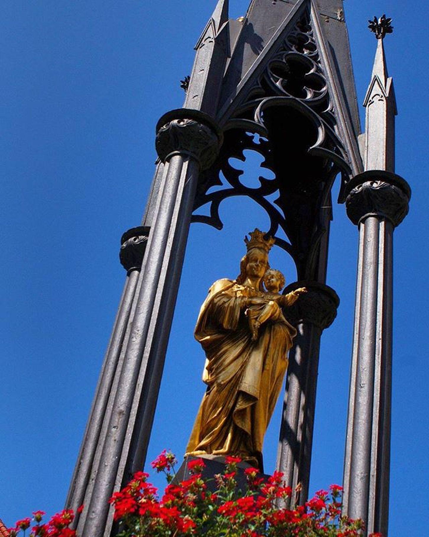Beautiful Architecture and Design of a Golden Statue . At the UntererStadtPlatz in Altstadt Citycenter . Kufstein Tirol  Österreich Austria . Taken by my Sonyalpha A57 DSLR Dslt . تصميم معمار تمثال تذكار النمساء