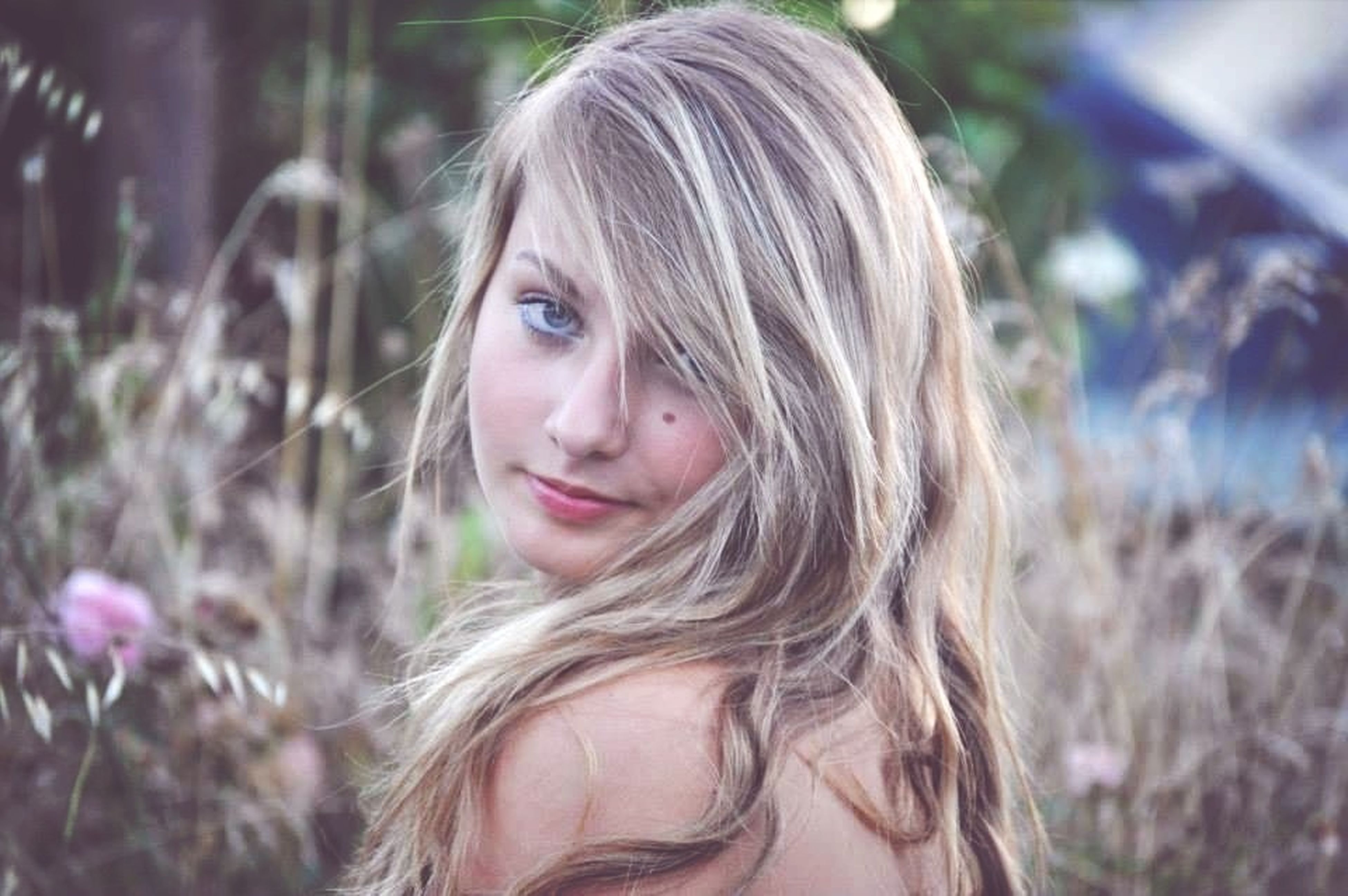 person, headshot, portrait, looking at camera, focus on foreground, lifestyles, young adult, young women, leisure activity, front view, smiling, close-up, long hair, casual clothing, blond hair, head and shoulders, happiness