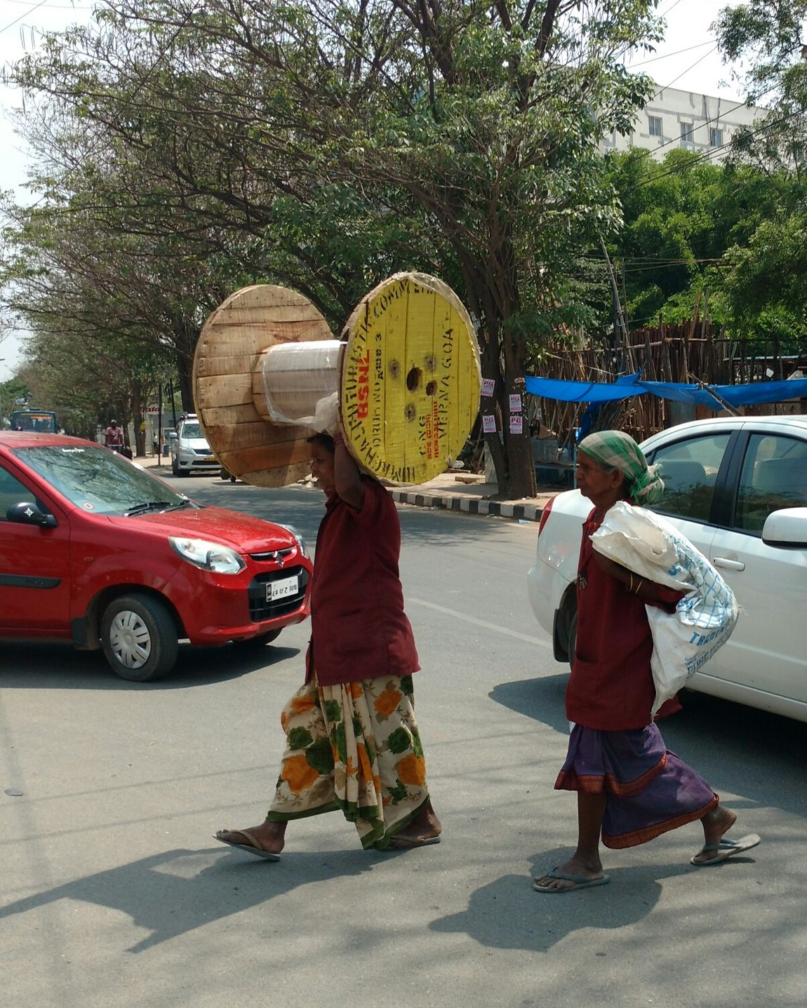 EyeEm Diversity Real People Adult Standing Adults Only Day Street South India Indianstories City Saviours Bangalore Worker Life Workers At Work Bangalore Traffic Women Hardworking India Outdoors People City Migrants Matter