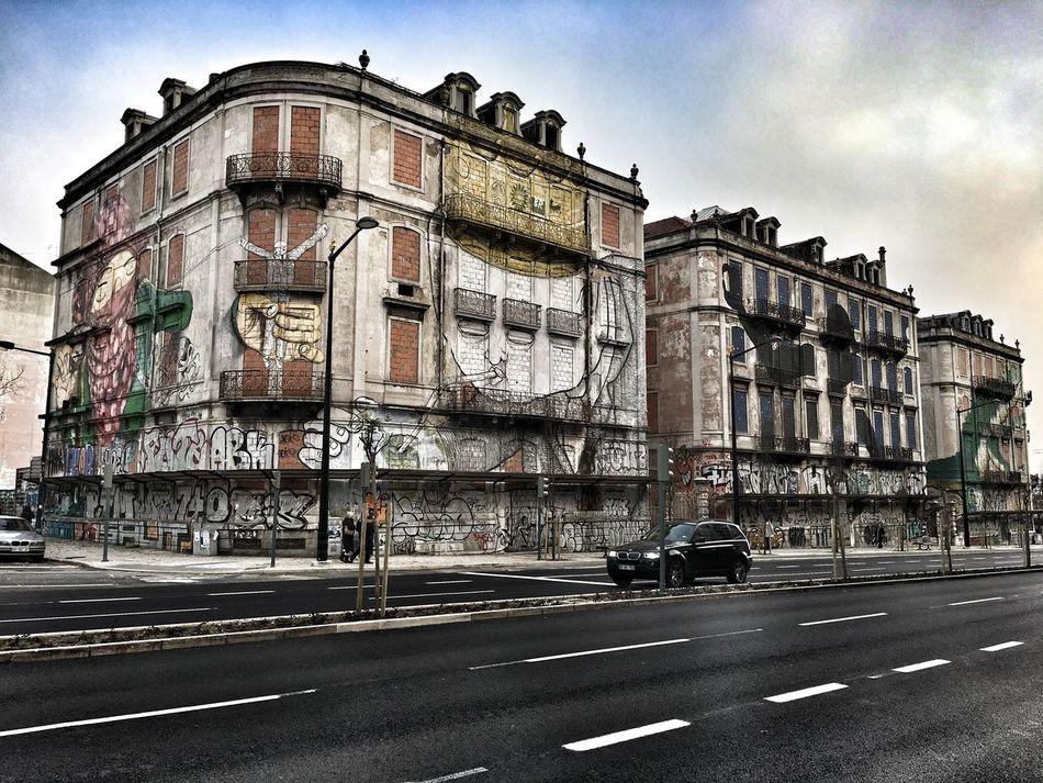 PRT, Lissabon, Stadtansichten , hier: verfallene Haeuser im Stadtteil Saldhana, Symbol fuer die Wirtschaftskrise des Landes Architektur Europa Graffiti Immobilien Kriselfy Photograpy Soziales Stadt Symbol Symbolfoto Szene Szeneopenair Verfall Wohnen