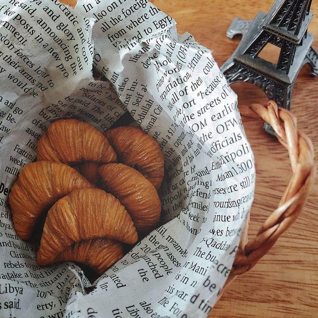 クロワッサンのブローチ サクサク感とバターの香りがしそうな、クロワッサンのブローチを作りました🌛🍞🇫🇷✨ クロワッサンのブローチを身につけてパン屋さんめぐりをしたら、さらに楽しくなりますね🤗✨ ブローチ ハンドメイド Handmade オーブン陶土 陶土 粘土 クロワッサン ばん