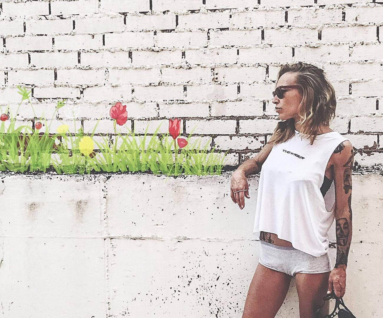 La naturaleza hizo un mundo 🌍 y el arte otro 🎨🌍 The Street Photographer - 2016 EyeEm Awards The Portraitist - 2016 EyeEm Awards Graffiti Plant Flowers Streetphotography Streetart Tattoo Taking Photos Iphone6s IPhoneography White Wall Painting Summer Girl Power