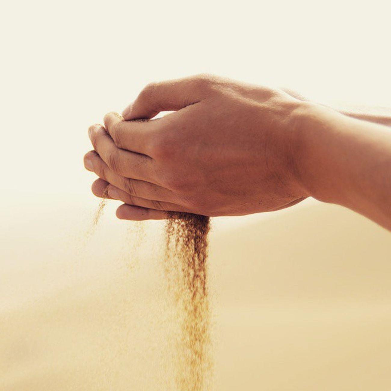 當我們認為緊握 可以守護住一切的同時 它正一點一滴的流逝 其實 越去抓牢 越是失去 然而我們遲遲不肯放手 攤開掌心 所剩無幾的沙粒 不再是當初那份量 喟然長嘆 命裡有時需中有 命裡無時莫強求 握沙哲學