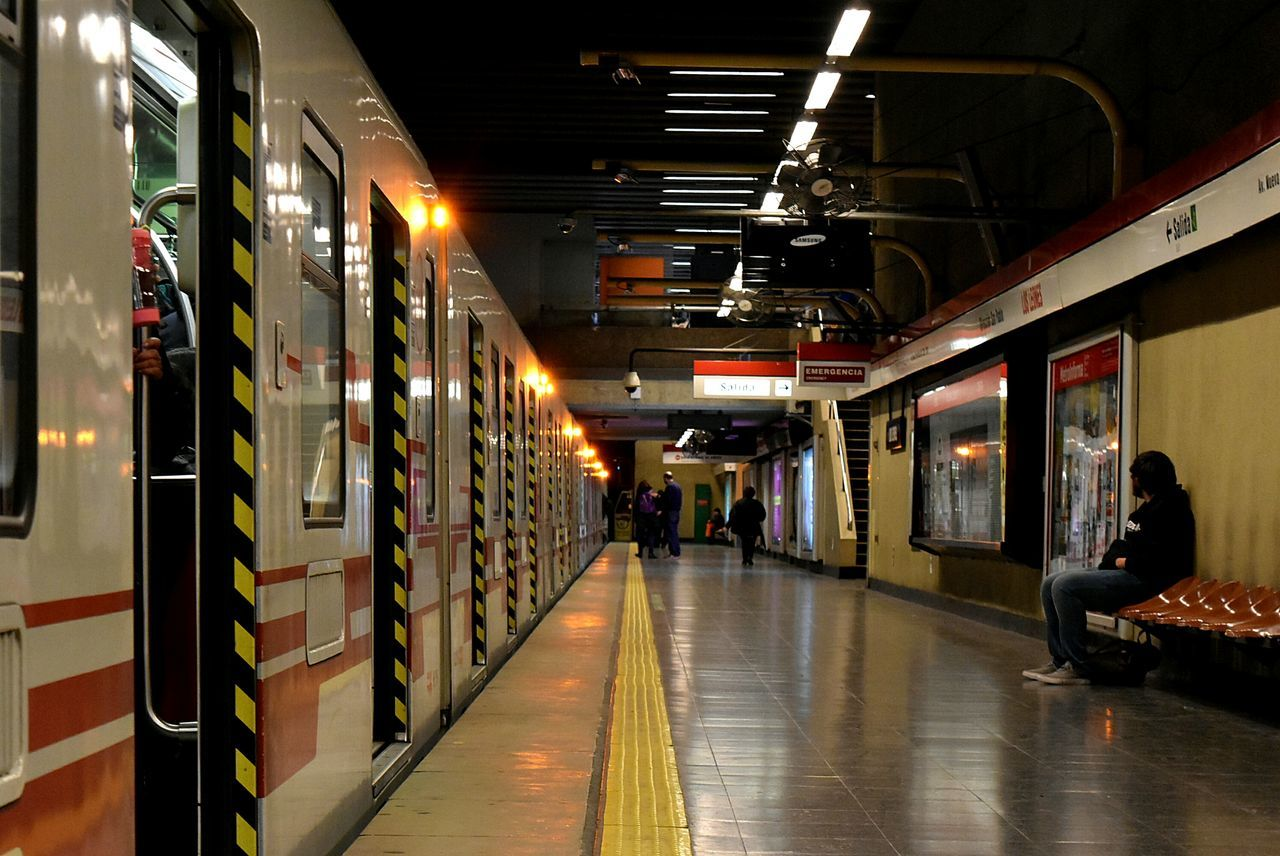 Transportation Subway Train Transportation Train - Vehicle Nikon NikonD5500 TheWeekOnEyeEM Mode Of Transport Metro Santiago Metro Chile Chile Urbanphotography Streetphotography City Life Street City Street Real People Person Underground Station  Undergroundstation Undergroundphotography Underground City Road