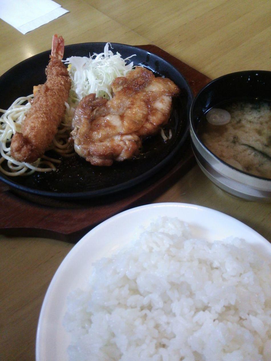 チキンのしょうが焼きと海老フライ定食 680円(日替りランチ)