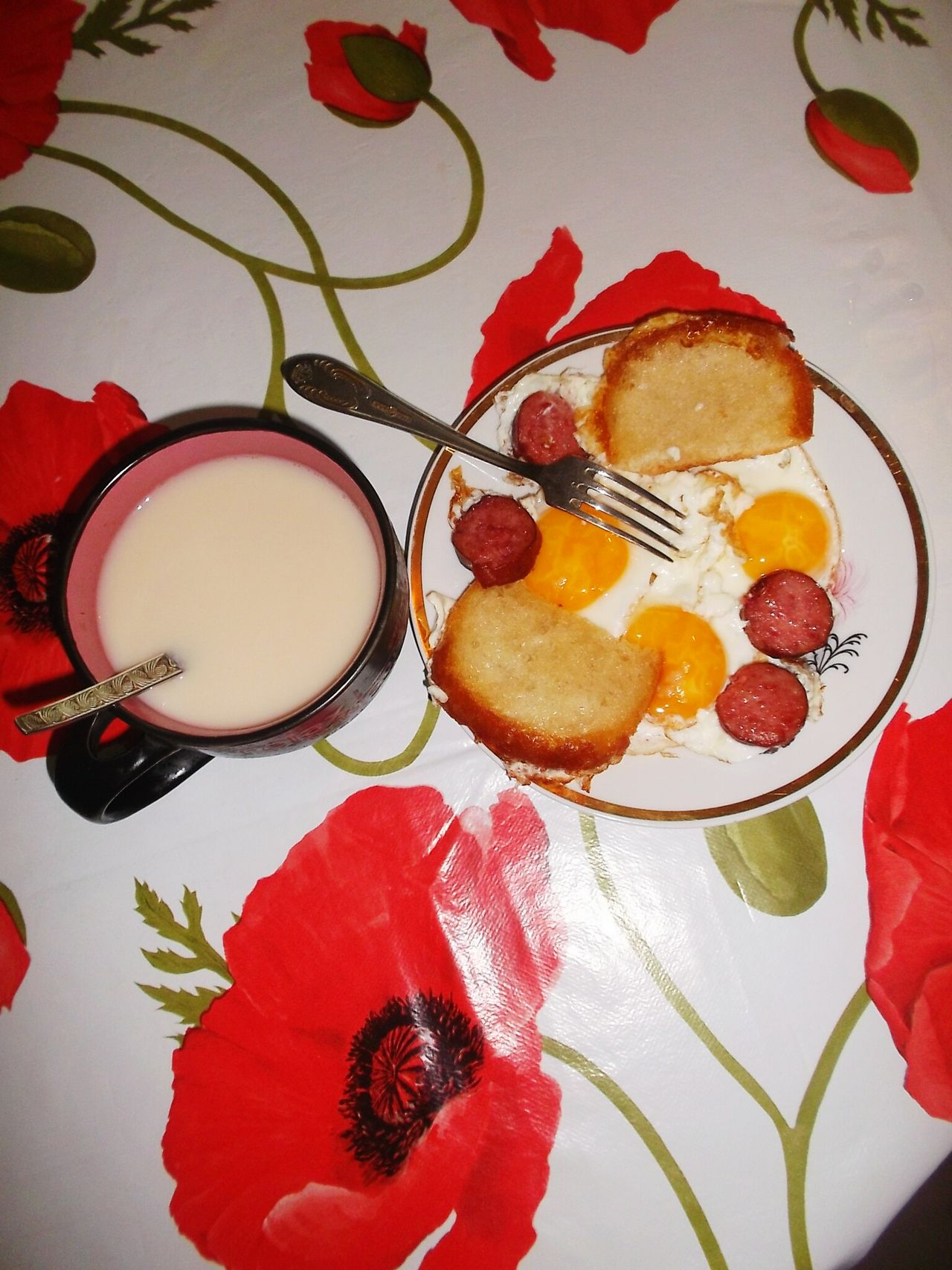 Лучший завтрак в мире. Жаренные яйца с колбасой яйца колбаска утро✌️ отличное настроение
