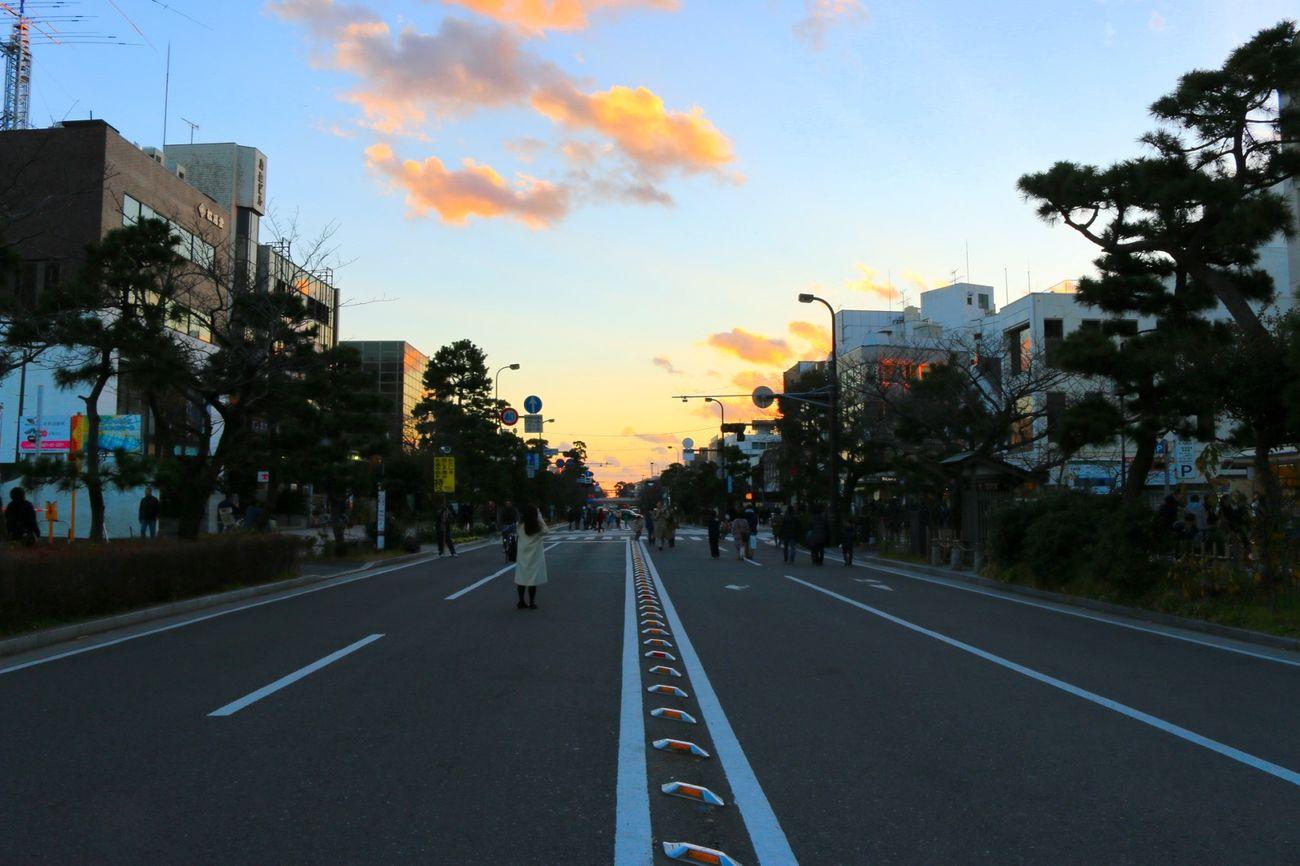お正月ならではの光景。ここが歩行者天国になる時はなかなか気持ちいい😊 初詣は明日リベンジ😅  歩行者天国 Sunset Sky 鎌倉