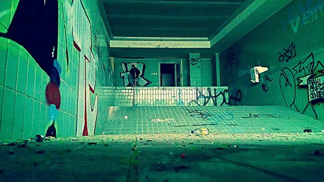 Hanging Out Taking Photos Relaxing Abandoned Mansion Swimming Pool Abandoned Urbexexplorer Abandoned Places Urbex Urbexphotography Photographic Memory Urban Decay Decaying Building Demolishing Abandoned House Urbanphotography Abandoned_junkies Demolished Decay