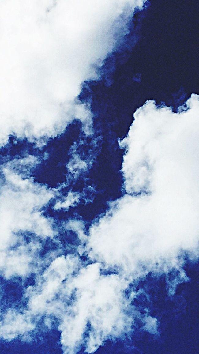 No siempre una fotografía proyecta algo concretos, aveces solo nos demuestra un sentimiento, una actitud, un relato o un acontecimiento. Detrás de cada foto hay una historia que contar. Cielo Azul Nubes Blancas Cielo Raro