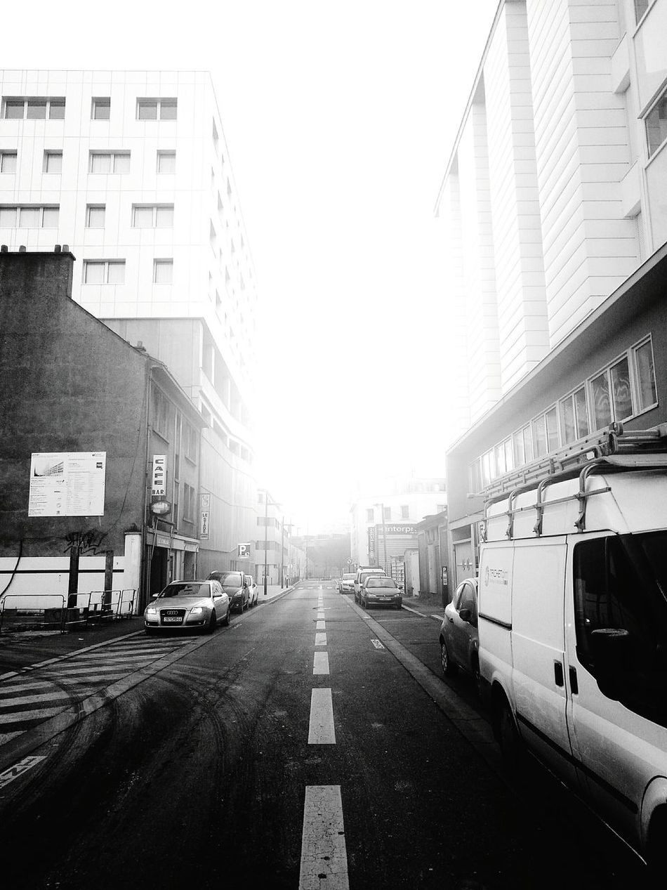 Light halo City Architecture Outdoors Building Exterior Lines Quiet Urban Skyline No People EyeEm Best Shots Bnw_captures Contrast And Lights Lines And Patterns Bnw_life Bnw_planet Bnw_worldwide Bnw_collection Bnw_universe Lights Walking Alone... Halo Halo Effect