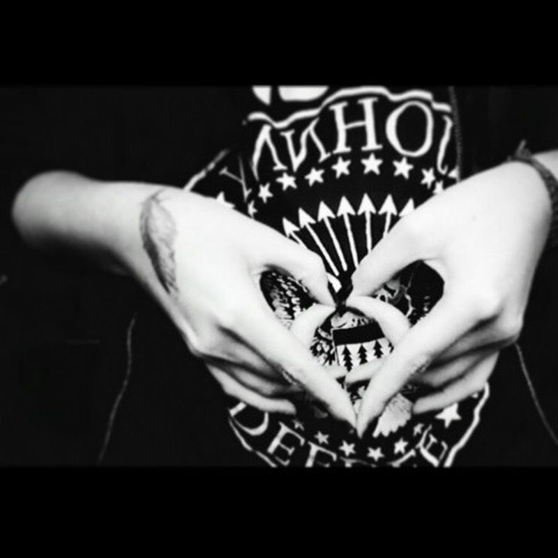 The love is the funeral of hearts♥ Heartagram Fingers Him HIMster Hisinfernalmajesty Ramones Punk Rock Tshirt Love Death Ink Black NVonMcKagan Bnw