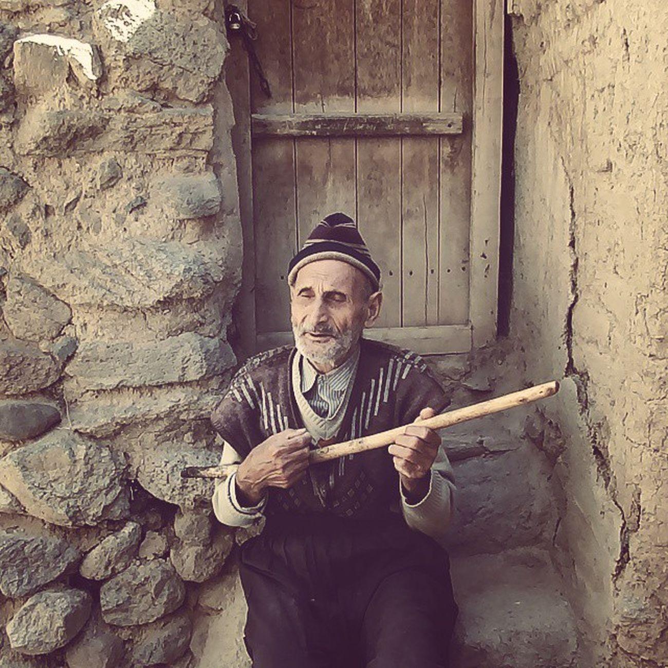 Oldman Blind Elderly سحرگه به راهی یکی پیر دیدم سوی خاک خم گشته از ناتوانی بگفتم: چه گم کردهای اندرین راه؟ بگفتا جوانی، جوانی، جوانی .. ملکالشعرا پیرمرد روستا کندوان
