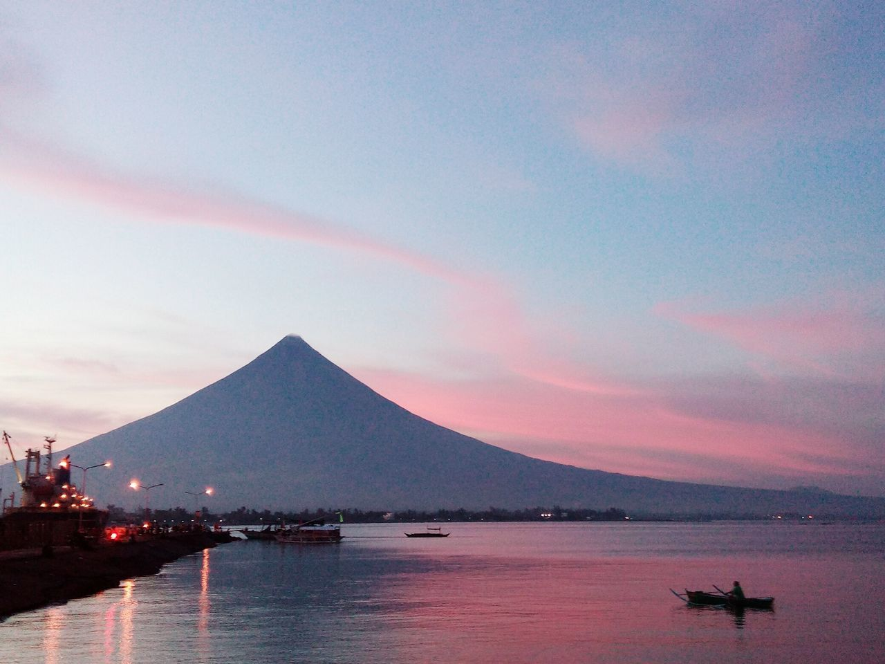 Everybody's watching her... And she blushed. MayonVolcano😍🌋 Makesmesmile
