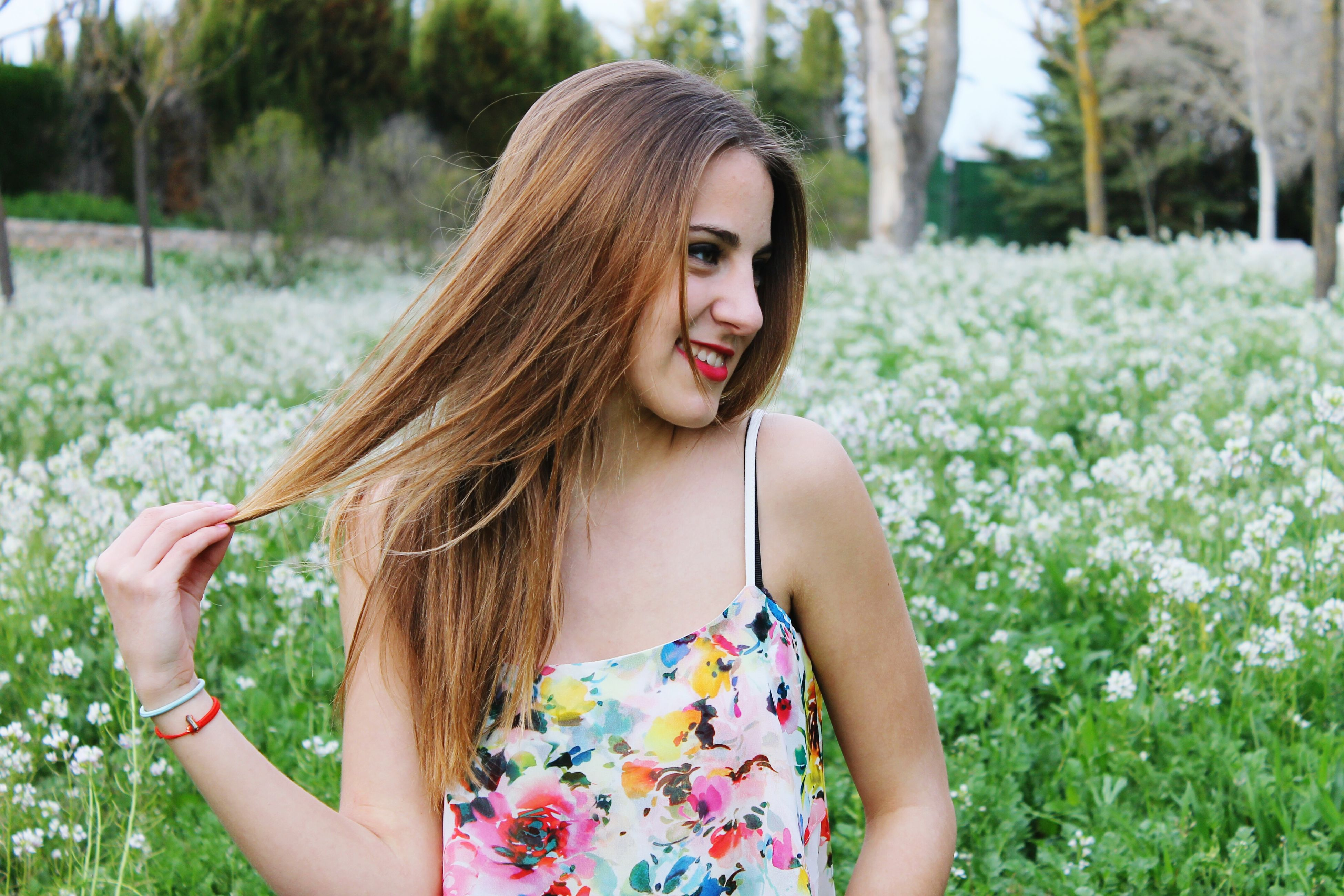 young women, young adult, long hair, person, lifestyles, leisure activity, beauty, portrait, looking at camera, focus on foreground, smiling, front view, brown hair, waist up, medium-length hair, casual clothing, femininity