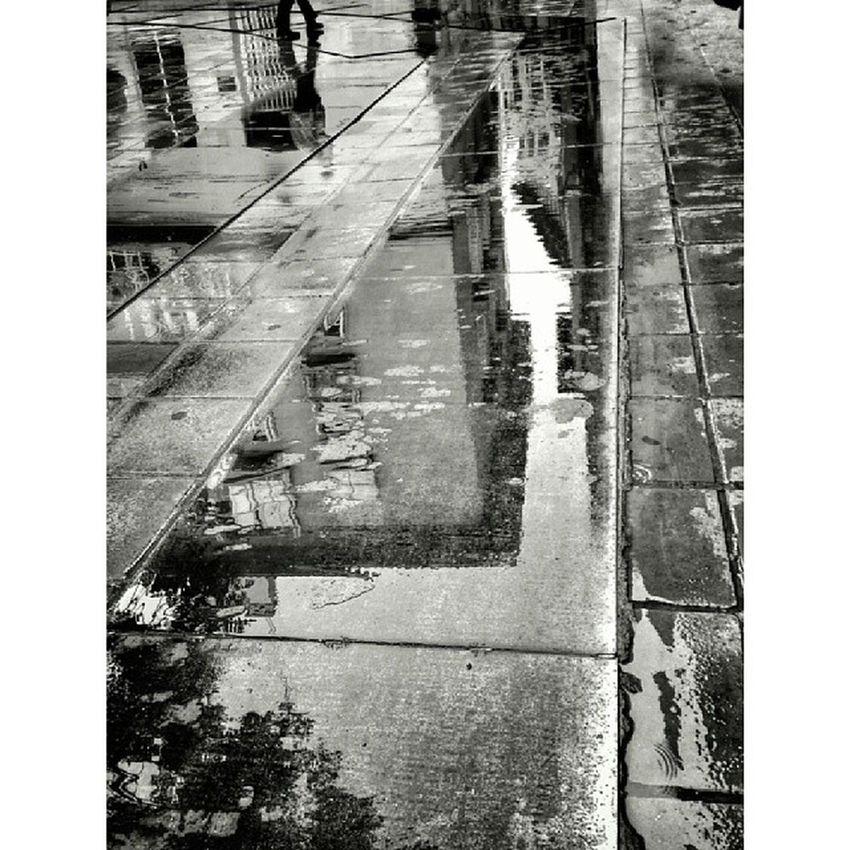 Me encanta cuando llueve, ya que los suelos se tornan lienzos... ¡¡Feliz domingo!!