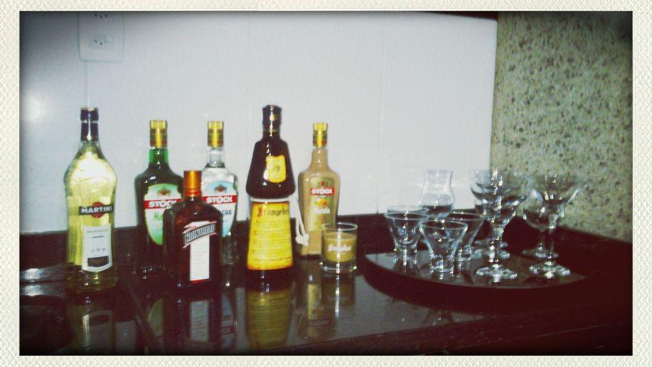 Bebidas a postos. Quero ver meu barman e acão!