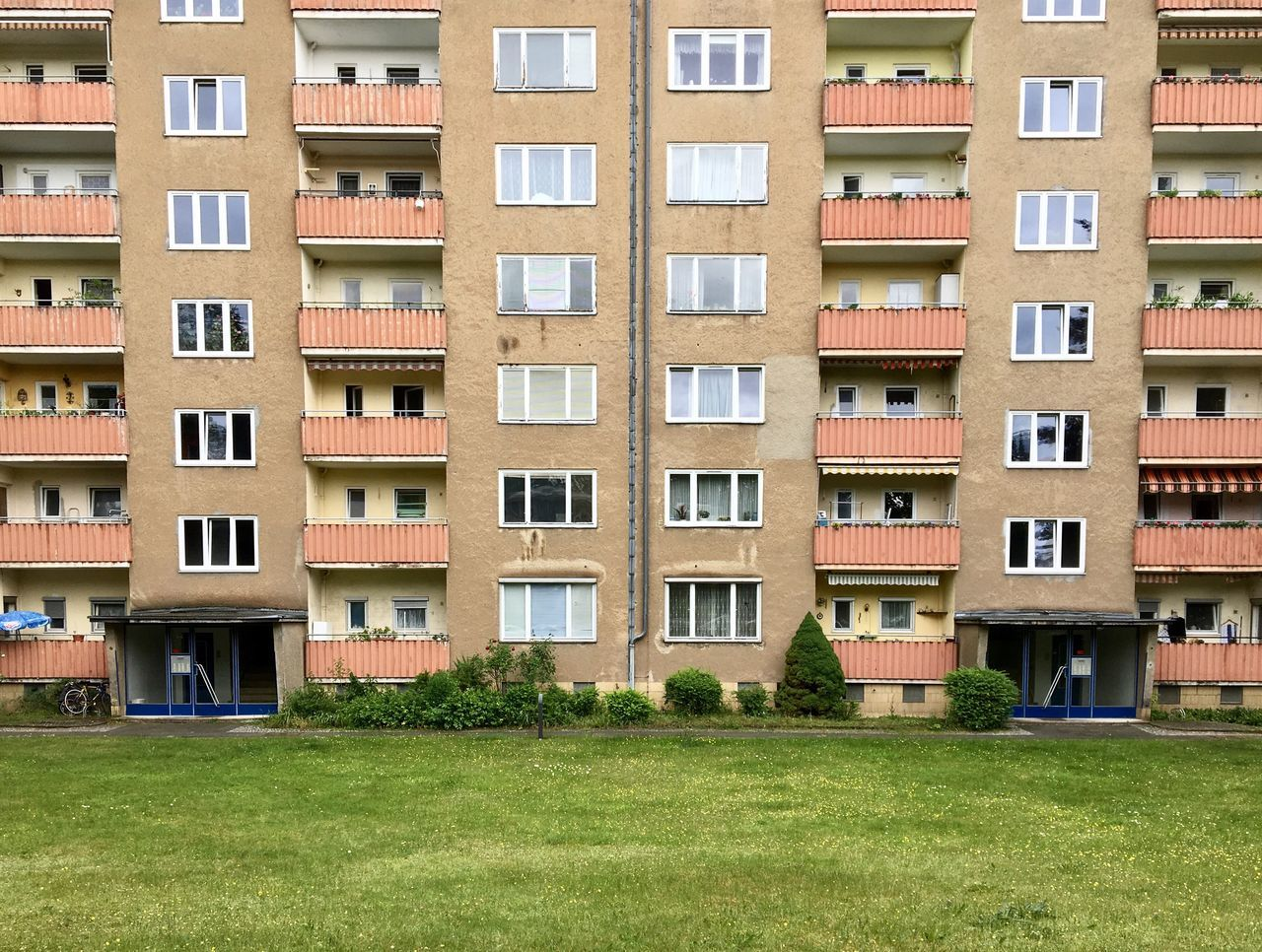 Symmetric living Community Residential Building Apartment House Architecture_collection Architecturelovers Same Same But Different Lifestyles Architecture Façade Urban Geometry Urban Exploration Urban Architecture Built Structure Berliner Ansichten Urbanphotography Symmetry
