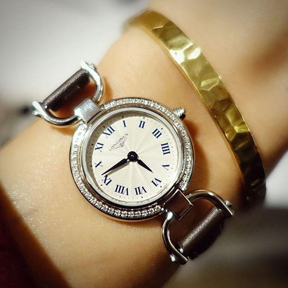 浪琴新的騎士系列在香港發表,纖細優雅的錶面設計適合女性。 浪琴 Longinesequestriancollection Longines Eleganceisanattitude Mobile01 愛曼達
