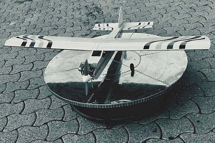 Disk Disco Plane Avion Maquette Réplique Ombres Et Lumières Noir Et Blanc Black And White Bianco E Nero High Angle View No People Stonegraphix EyeEmNewHere Let's Go. Together.