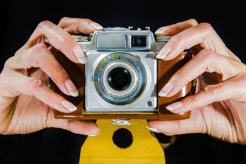 Lieblingsteil Photography Themes Human Hand Old-fashioned Camera - Photographic Equipment Retro Styled Human Body Part Antique Analog Studio Shot The Past Close-up Black Background People Adults Only Adult One Person Technology Men Home Video Camera SLR Camera Vintage Vintage Camera Taking Photos
