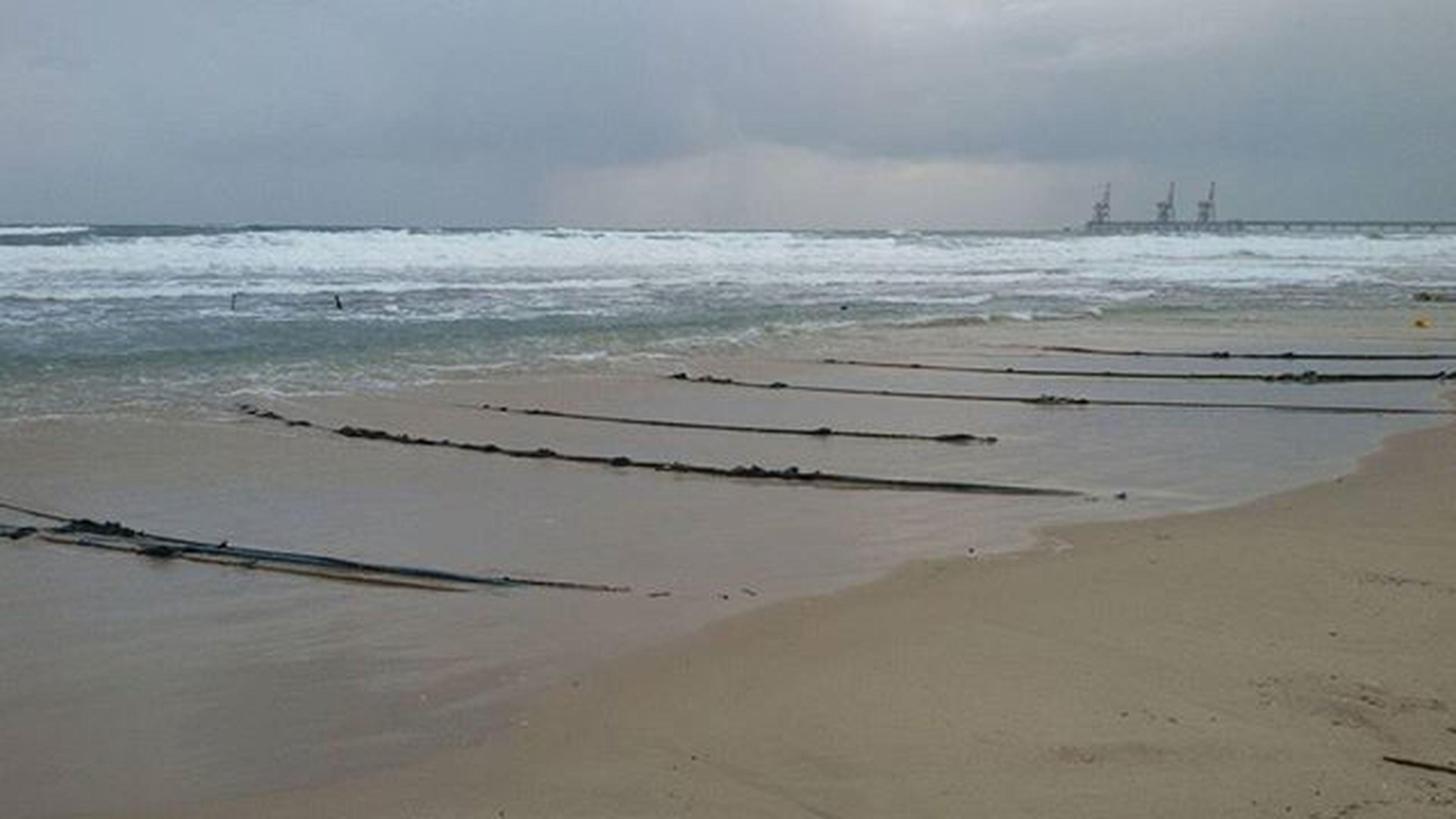 השקט שלפני הסערה..🌊🌊 Winter Storm Stormyweather Abondedbeach Keepcalmandhugsomeone Israelwinter Olgabeach H̱adera