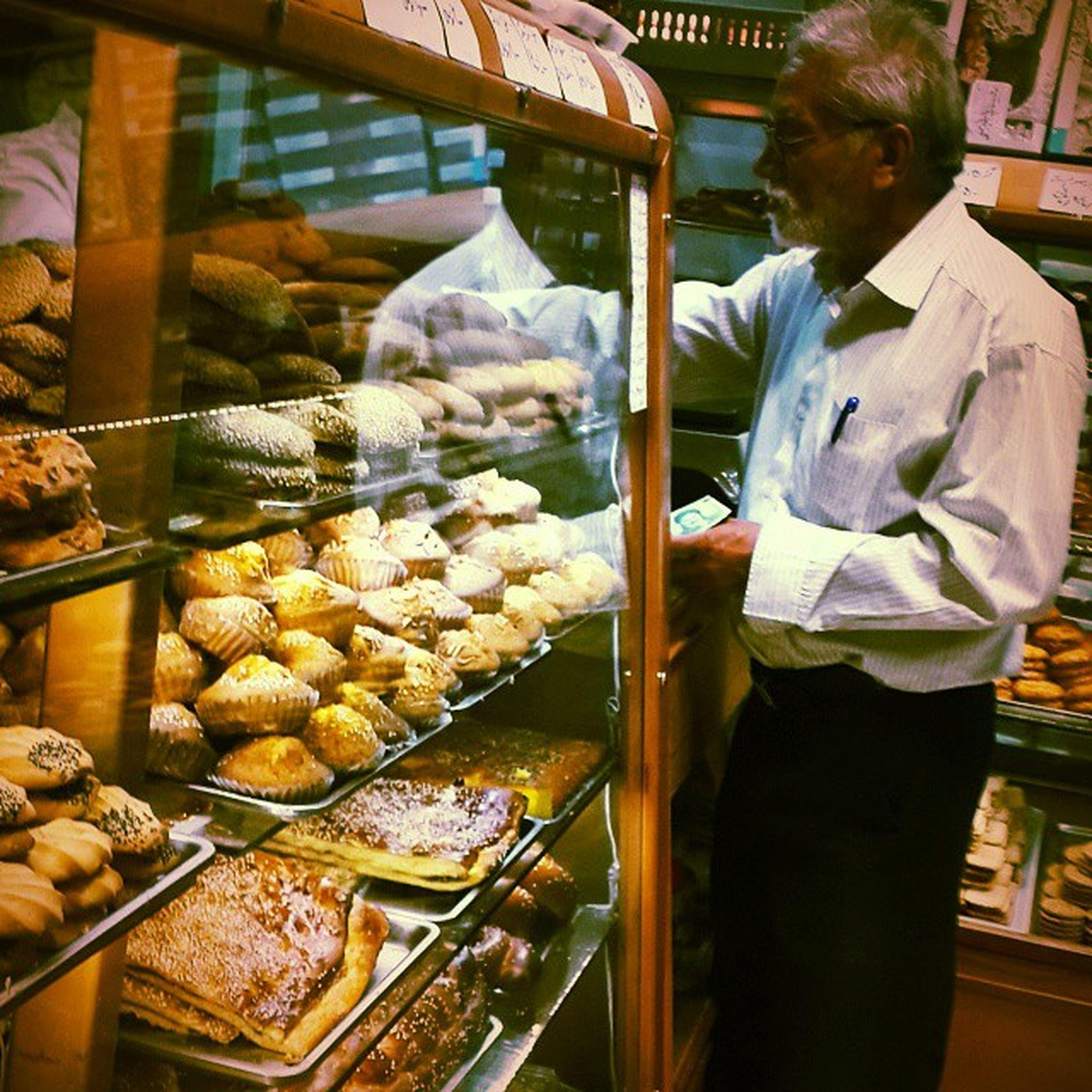 . مردی در حال خرید شیرینی . . . . . شیرینی ای در حال خریده شدن توسط یک مرد به_جون_بچه_هام 😆 . قنادی کیک کیک_یزدی نون_شیرمال از_این_کیک_های_که_روش_شکر_و_کنجد_میریزن هزار_تومان بپسند خوشمزه بفرما به_به بزن Delicious Cake Islamfood Iranfood Qom