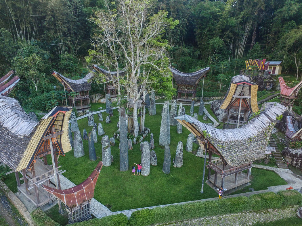 This is Rante Kalimbuang, the main area in Bori Kalimbuang, Sesean, North Toraja. Which is the biggest megalitic site in the area. Rante becomes the place of customary funeral ceremony or Rambu Solo which is equipped with menhir (large stones placed vertically just like Stone Henge) known in Toraja language as Simbuang stone The entire stone here is said to amount to 102 pieces. Consisting of 54 small menhirs, 24 medium and 24 large stones. Grave INDONESIA Lost In The Landscape Sulawesi Sulawesi Selatan Toraja Utara Bori Kalimbuang Gravestone Indonesia_allshots Indonesia_photography Megalith Megalithic Grave Megalithicsite Menhir Sesean Sesean Mountain In Toraja Sesean Mountain In Totaja Toraja Toraja Carving Toraja Funeral Ceremony Toraja Indonesia Torajaland