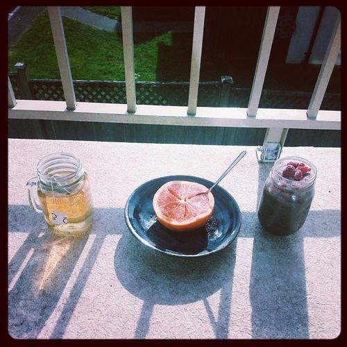 Breakfast on the balcony. Mango green tea, half a ruby red, and chocolate cinnamon chia seed pudding topped with lots of frozen raspberries. Reading in the sunshine after a session with my personal trainer. Life is good. Whatveganseat Whatvegansdrink Teadrinkersanonymous Teadrinkersofinstagram breakfast breakfasttime vegansofig vegansofinstagram chiaseedpudding chia breakfastonthebalcony sunshine springtime grapefruit raspberries yum reading apartmentlife