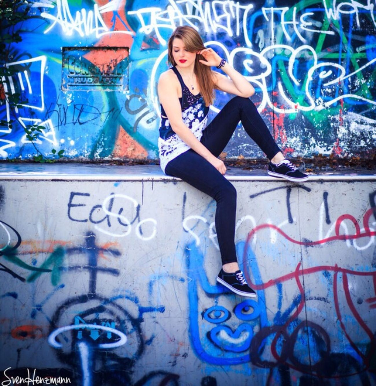 Outdoor Fotograf Fotoshooting Graffiti Skatepark Me Girl Chilling Chill Sommer Lässig Redlips Outfit Photooftheday Me #girl #blond #lovely Zufrieden