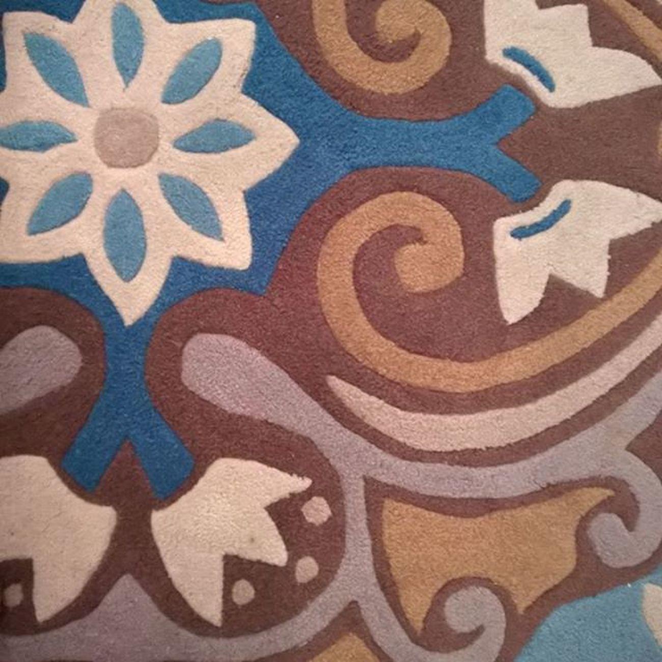❤ regram @etxebast Magic Carpet in da room! Je le trouve trop beau! Il est super epais j'adore. Petite pause Vin avant le départ au resto en amoureux. Ouakances Laviedechateau Resto Love