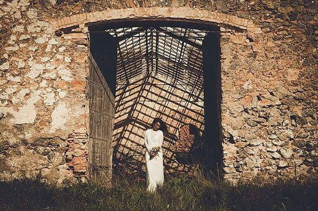 Sesión de inspiración con este precioso vestido de la firma @juanita_banana__ Novia Vestidodenovia Vestido  Boda Fotografiadebodas Bride Dress Weddingdress Wed Lookslikefilm 3hvisual Malaga