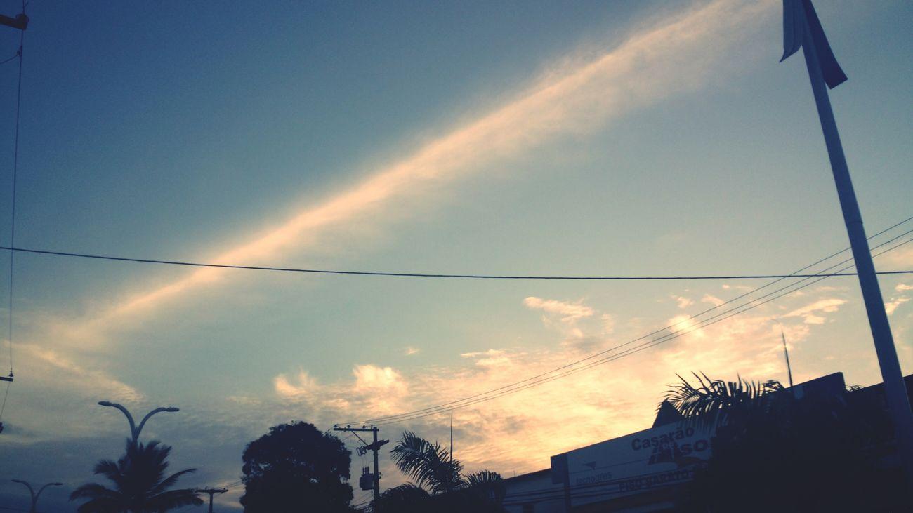 Se vocês repararem no lado esquerdo, tem uma nuvem que parece estar 'jogando' a linha, e na ponta direito ( eu nao conseguir capiturar ) um buraco como se estivesse absorvendo! Foto: DiogoMachadoOficial Sky