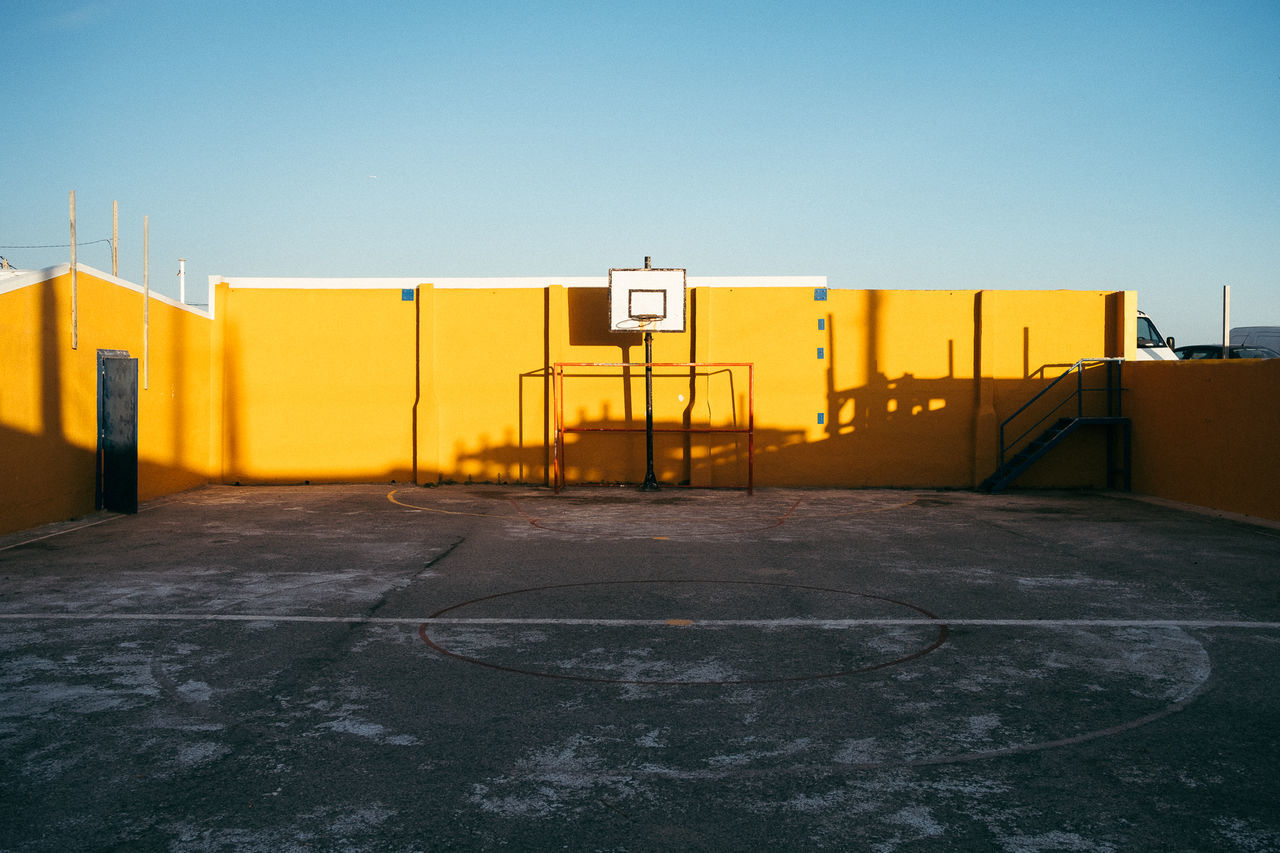 Basketball Basketball Game Basketball hoop Court Hoop Portugal Oficial Fotos Colection EyeEm© Sport In The City Architecture basketball - sport basketball court Basketball hoop built structure Clear sky Court courtyard day no people outdoors portugal_em_fotos sports sports clothing yellow